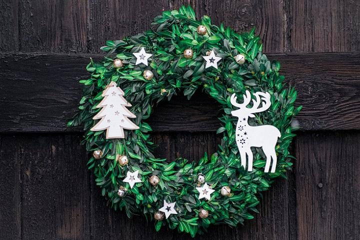 corona-de-navidad-en-la-puerta