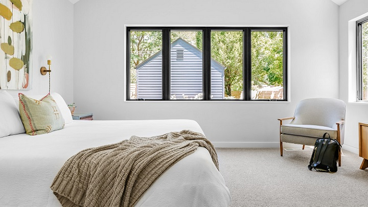 dormitorio-con-paredes-blancas