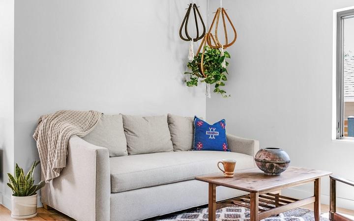 sofa-de-color-blanco-en-el-salon