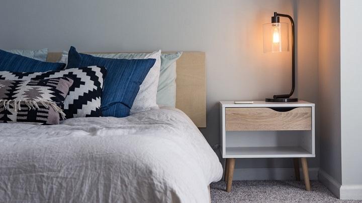 cama-y-mesilla-en-dormitorio