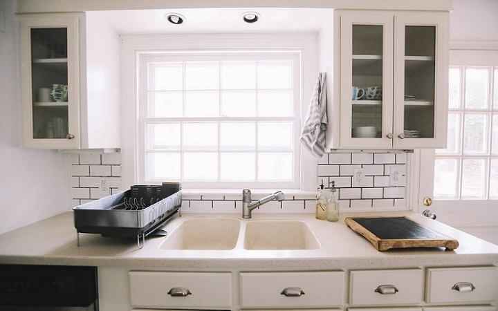 cocina-con-ventana-sobre-el-fregadero