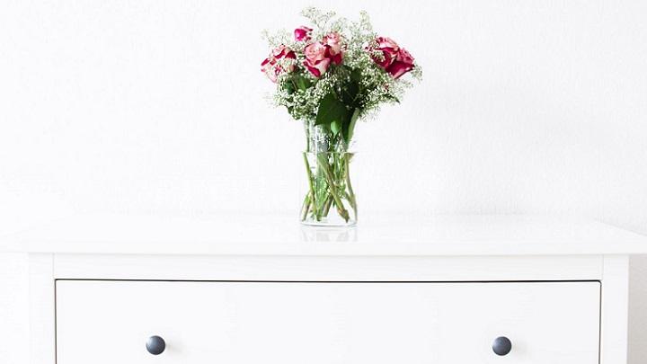 comoda-con-flores