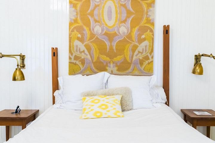 dormitorio-con-cuadro-sobre-la-cama