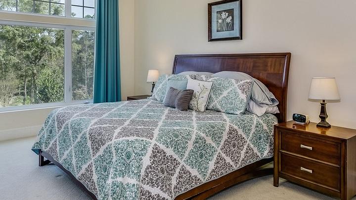 dormitorio-con-mobiliario-de-madera