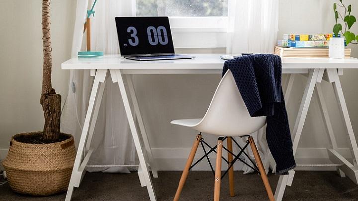 escritorio-cerca-de-la-ventana