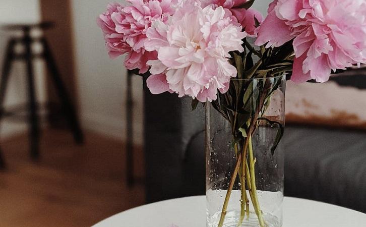 jarron-con-flores-en-la-mesa