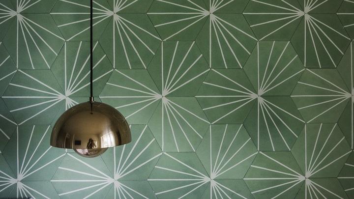 lampara-y-pared-de-color-verde
