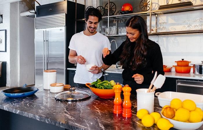 pareja-cocinando-en-la-cocina