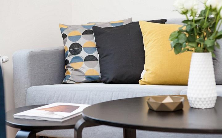 sofa-con-cojines-de-distintos-colores