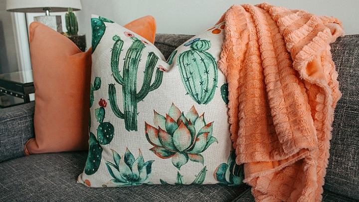sofa-con-varios-cojines