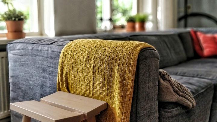 sofa-gris-con-manta