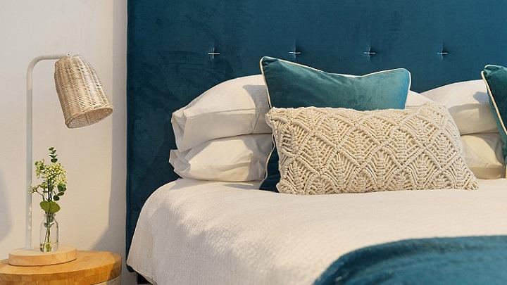 dormitorio-decorado-en-azul-y-blanco