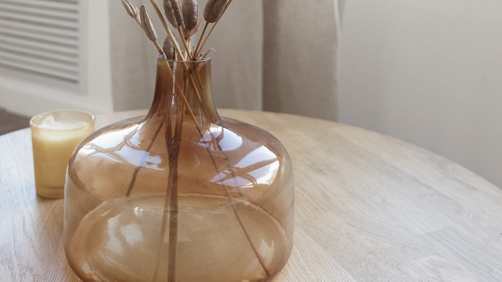 jarron-de-cristal-en-la-mesa