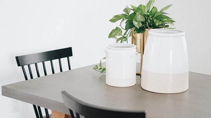 mesa-con-jarrones