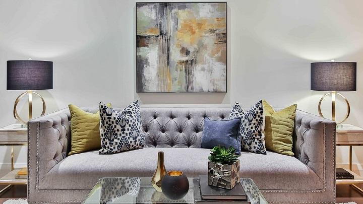 sofa-de-color-gris-con-cuadro