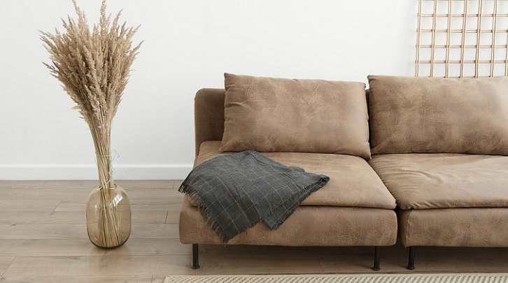 sofa-de-color-marron-con-manta