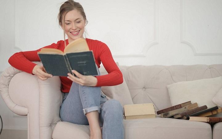 chica-lee-libro-en-el-sofa
