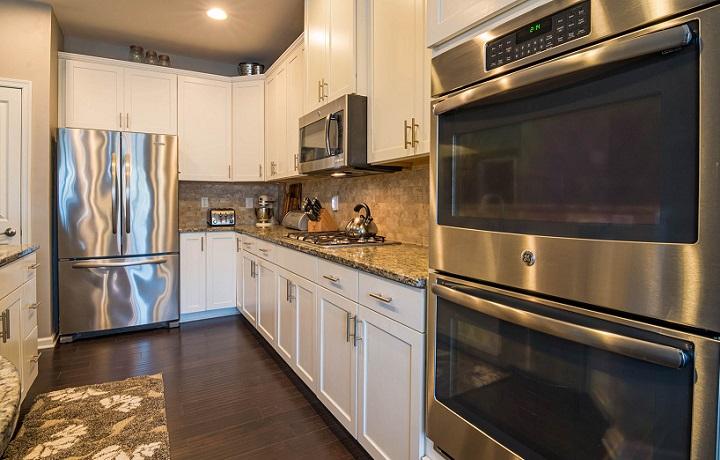cocina-de-color-blanco-con-electrodomesticos