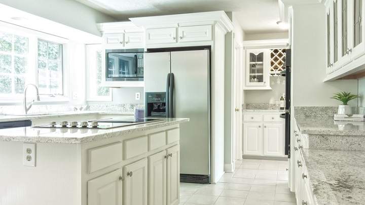 cocina-de-color-blanco-con-isla-central