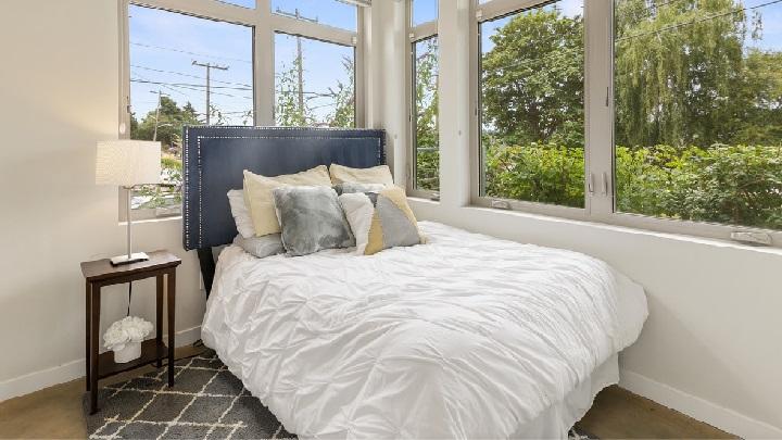 dormitorio-con-grandes-ventanas