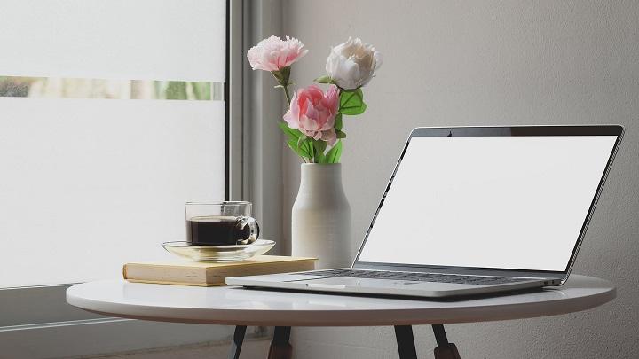 jarron-de-flores-en-escritorio