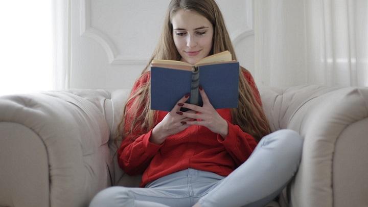 joven-lee-un-libro
