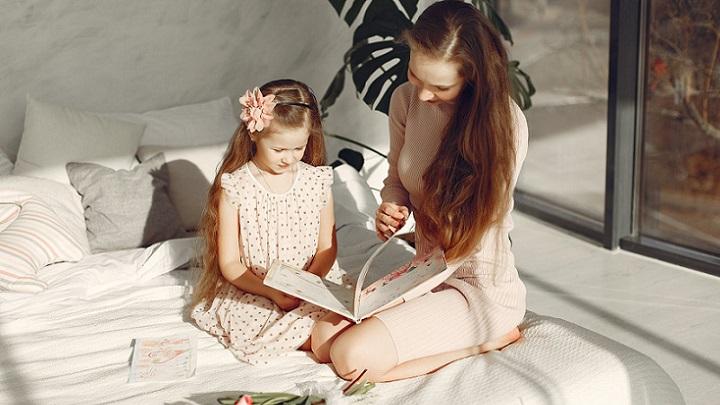 madre-e-hija-leen-un-cuento