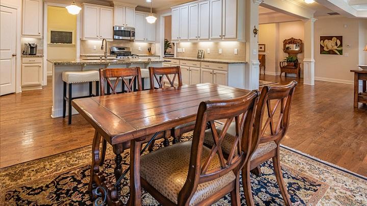mesa-y-sillas-de-madera