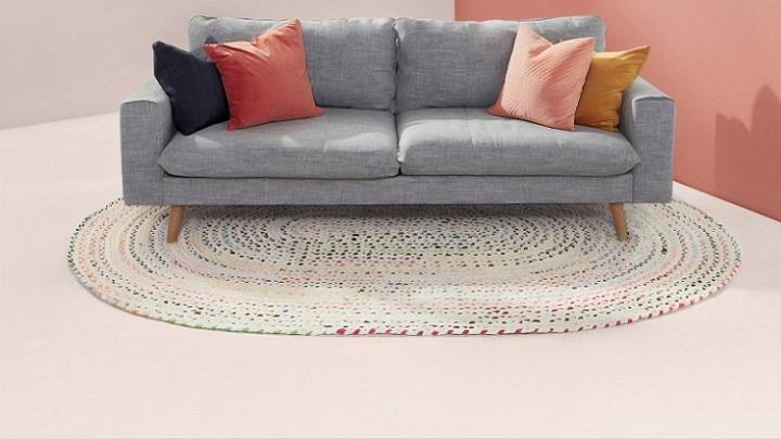 sofa-de-color-gris-con-alfombra