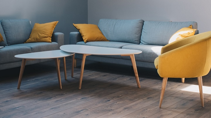sofa-gris-con-cojines