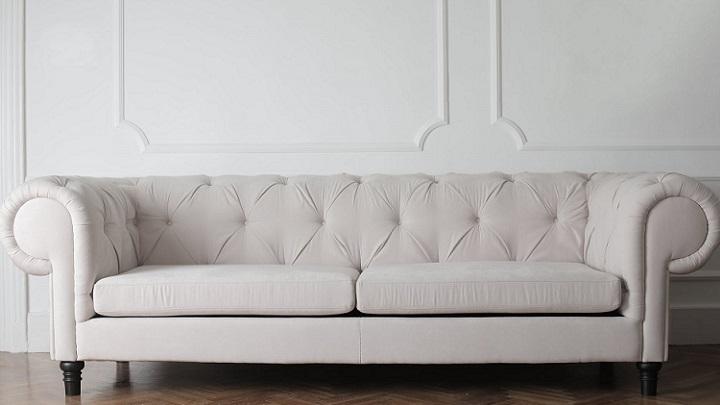 sofa-junto-a-pared-con-molduras