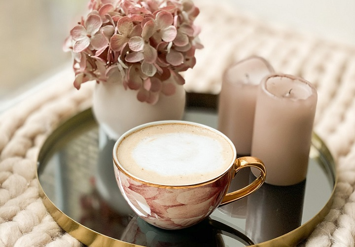 taza-de-leche-y-flores