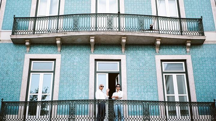 balcon-con-fachada-de-color-azul