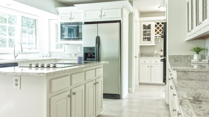cocina-con-armarios-blancos