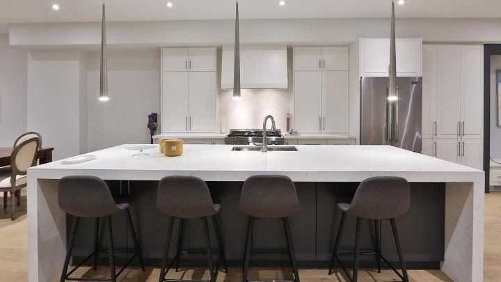 cocina-con-muebles-de-color-blanco