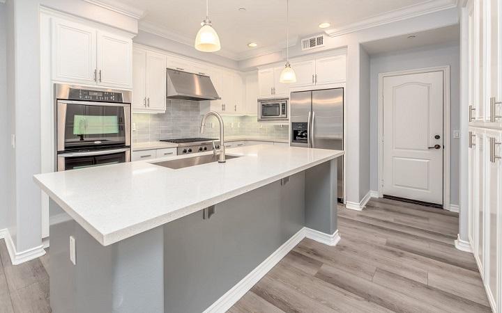 cocina-de-color-blanco-y-gris