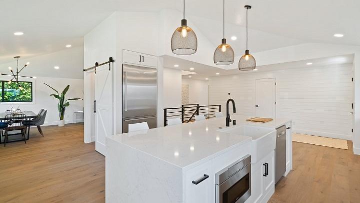 cocina-decorada-en-color-blanco