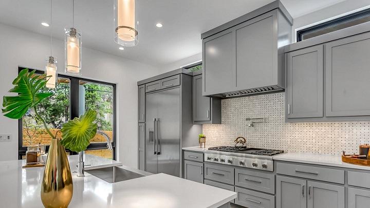 cocina-grande-de-color-gris