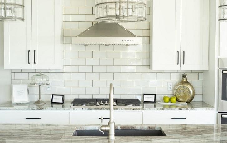 cocina-moderna-con-muebles-blancos