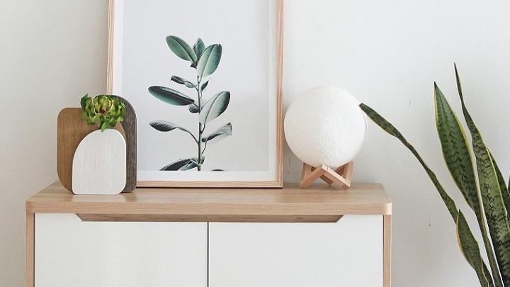 cuadro-sobre-mueble-blanco