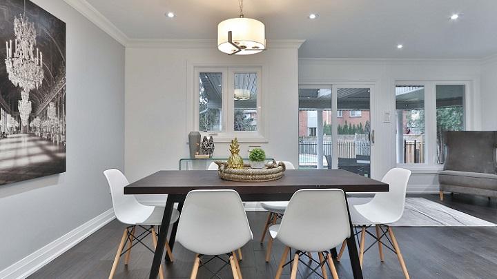 mesa-de-comedor-de-madera-con-sillas-blancas