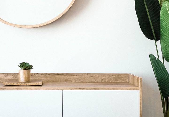mueble-blanco-junto-a-planta