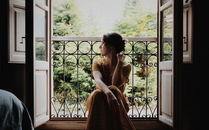 mujer-en-el-balcon