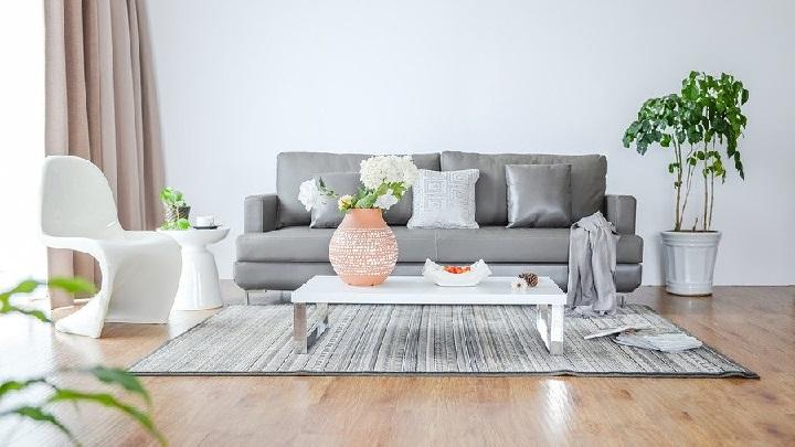 sofa-gris-con-varios-cojines