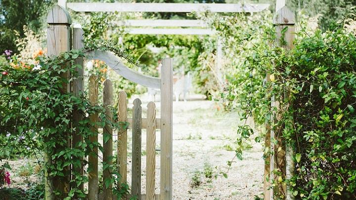 valla-de-madera-en-jardin