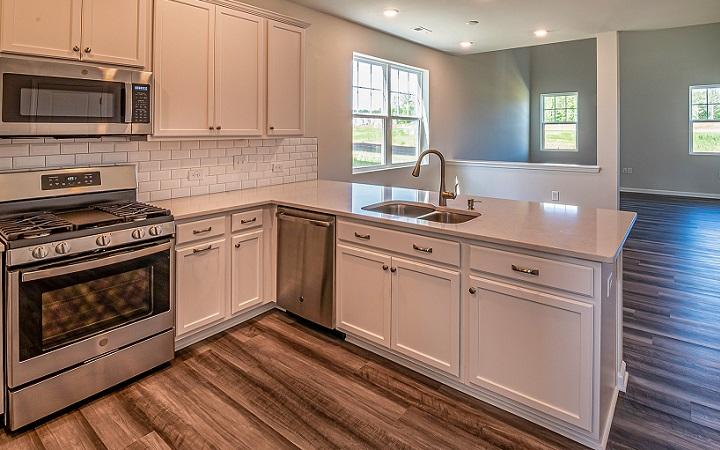 cocina-blanca-con-suelo-de-madera