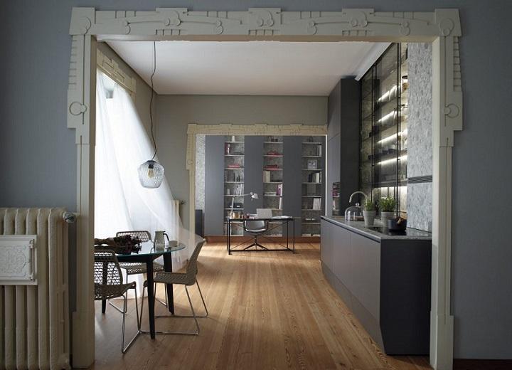 cocina-lineal-con-gran-vitrina