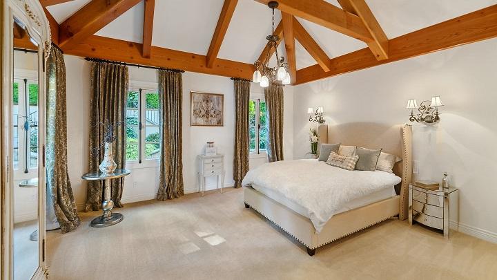 dormitorio-con-techo-de-madera