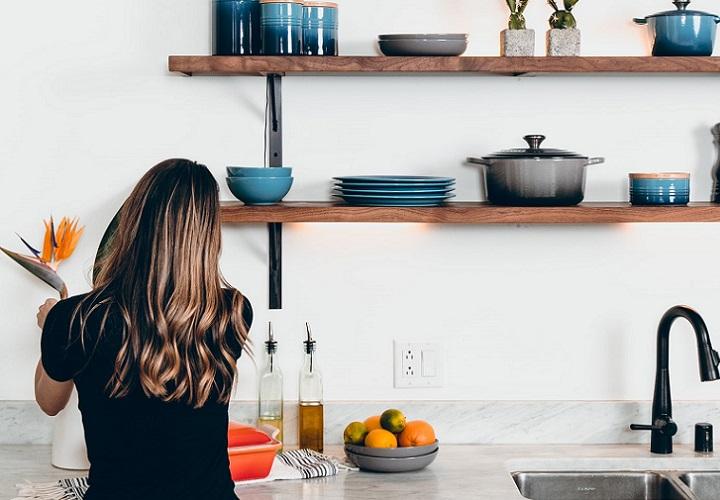 estanterias-de-madera-en-la-cocina