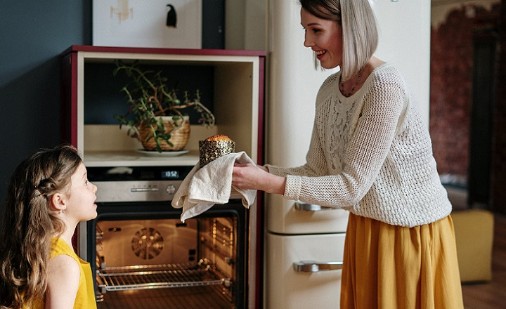 familia-cocinando-en-la-cocina